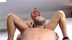 Alter Mann fickt eine junge Mädchen