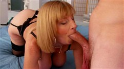 Deutsch BDSM mit der Dominanz der schönen Frau an der frischen Luft