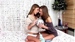Mädchen nach dem Blowjob zusammengerissen Höschen zu lecken Muschis und ficken
